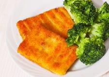 Prendederos de pescados empanados fritos con bróculi Imagenes de archivo