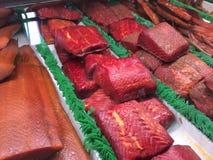 Prendederos del salmón ahumado en el mercado de Grandville, isla de Grandville, Vancouver, Columbia Británica, Canadá Fotos de archivo
