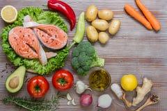 Prendederos e ingredientes de color salmón de la verdura del verano Imagen de archivo