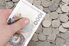 Prendendo 1000 Kronor de sueco Imagens de Stock