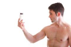 Prendendo caixas com suplementos em seus bíceps imagens de stock