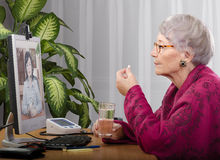 Prendendo compressa durante la visita virtuale di medico Fotografie Stock