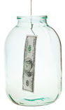 Prendendo 100 dollari di banconota dal barattolo di vetro Fotografia Stock Libera da Diritti