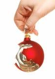 Prendendo a esfera quebrada do Natal Imagem de Stock