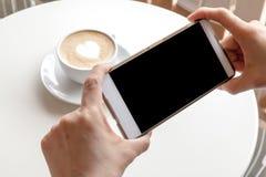 Prendendo fotografia di caffè dallo smartphone Immagini Stock