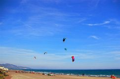 1 Prendendo il sole e aquiloni sulla spiaggia per le vacanze estive Immagini Stock Libere da Diritti