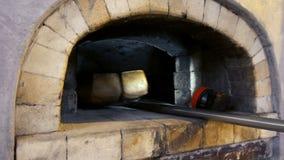 Prendendo pane al forno dal forno del mattone stock footage