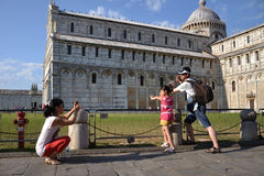Prendendo a torre inclinada de Pisa Foto de Stock Royalty Free
