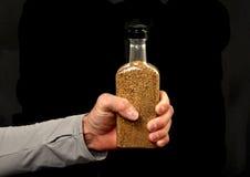 Prendendo um frasco do ouro Imagens de Stock