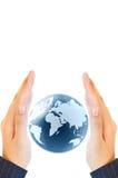 Prendendo um globo de incandescência da terra em suas mãos Fotografia de Stock Royalty Free