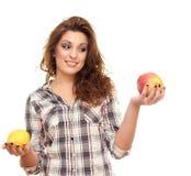 Prendendo um limão e uma maçã Fotografia de Stock Royalty Free