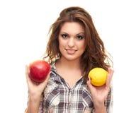 Prendendo um limão e uma maçã Foto de Stock Royalty Free