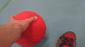 Prendendo un dodgeball ai miei piedi Fotografia Stock