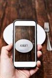 Prendendo un'immagine di un piatto con la parola affamata Fotografia Stock Libera da Diritti
