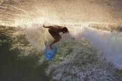 Prendendo un'ultima onda a Honolua abbai al tramonto su Maui Fotografie Stock Libere da Diritti