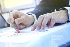 Prendendo una decisione sull'investimento aziendale immagini stock libere da diritti