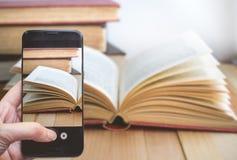 Prendendo una foto dal dito che preme su Smartphone per la fotografia O Fotografia Stock
