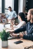Prendere decisione importante Gruppo di gente di affari usando immagine stock