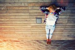 Prendere il sole di menzogne del giovane studente al sole sul pilastro Fotografie Stock Libere da Diritti