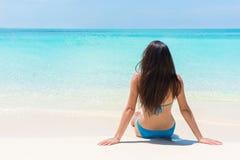 Prendere il sole di menzogne della donna di abbronzatura di rilassamento della spiaggia Fotografie Stock