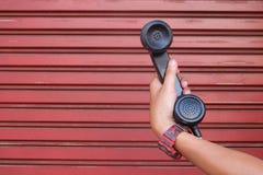prendere il telefono nero fotografie stock libere da diritti
