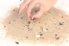 Prendere pietra dalla sabbia su fondo bianco Fotografia Stock Libera da Diritti