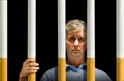 Prendido pela prisão do apego de nicotina dos cigarros Imagem de Stock