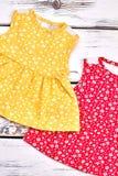 Prendisole colorate sveglie della neonata Immagini Stock Libere da Diritti