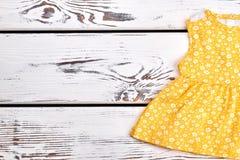 Prendisole gialle naturali della neonata Fotografia Stock