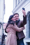 Prendre des photos avec le téléphone portable photos libres de droits