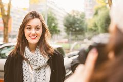 Prendre des photos dans la ville en automne Photographie stock