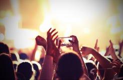 Prendre des photos et enregistrement des films avec des smartphones pendant photographie stock