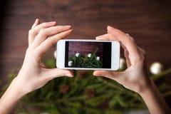 Prendre la photo avec le smartphone sur le fond en bois Photographie stock