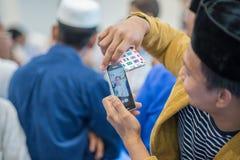 Prendre la photo de l'ami dans l'eid Mubarak photo libre de droits