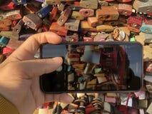 Prendre la photo de la serrure d'amour photos stock