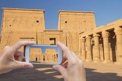 Prendre la photo du temple de Philae en Egypte Image libre de droits