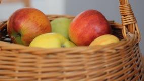 Prendre la pomme rouge du panier Haut proche d'instruction-macro clips vidéos