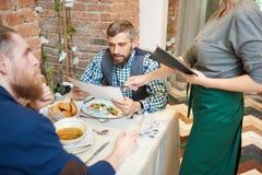 Prendre le déjeuner dans le restaurant moderne Photos stock