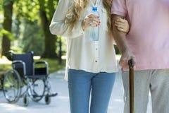 Prendre soin d'une personne plus âgée Photo libre de droits