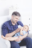 Prendre soin de son bébé lui apporte la joie Image stock