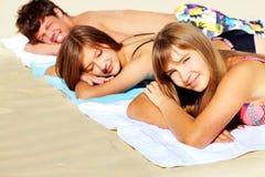 Prendre un bain de soleil d'amis Photographie stock libre de droits