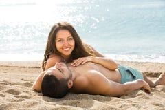 Prendre un bain de soleil d'homme et de femme Image libre de droits