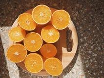 Prendre un bain de soleil d'oranges découpé en tranches par moitié Photo stock