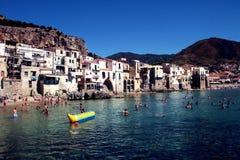 Prendre un bain de soleil dans Cefalu photographie stock libre de droits