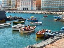 Prendre un bain de soleil dans des bateaux de pêche de Borgo Marinari Naples l'Italie Image stock