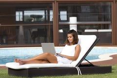 Prendre un bain de soleil et travailler Photo stock