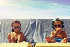 Prendre un bain de soleil frais de deux garçons Photo libre de droits