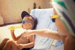 Prendre un bain de soleil frais de deux garçons Image stock