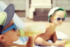 Prendre un bain de soleil frais de deux garçons Images libres de droits