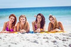 Prendre un bain de soleil heureux d'amis Image stock